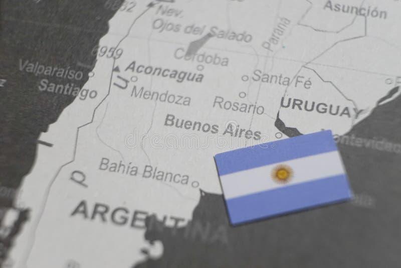 La bandiera dell'Argentina ha disposto sulla mappa di Buenos Aires della mappa di mondo immagini stock