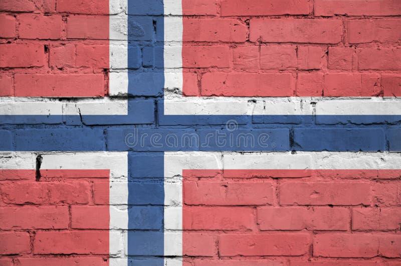La bandiera della Norvegia è dipinta su un vecchio muro di mattoni immagine stock libera da diritti
