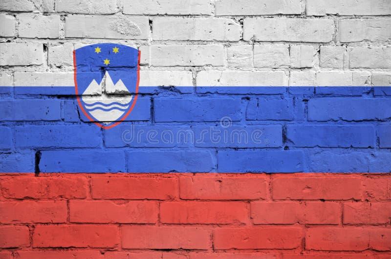 La bandiera della Slovenia è dipinta su un vecchio muro di mattoni immagine stock