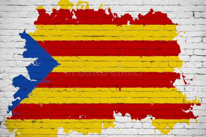 La bandiera di giallo della Catalogna, la banda rossa e la stella con l'acquerello spruzzano l'effetto sul fondo bianco del muro  fotografia stock