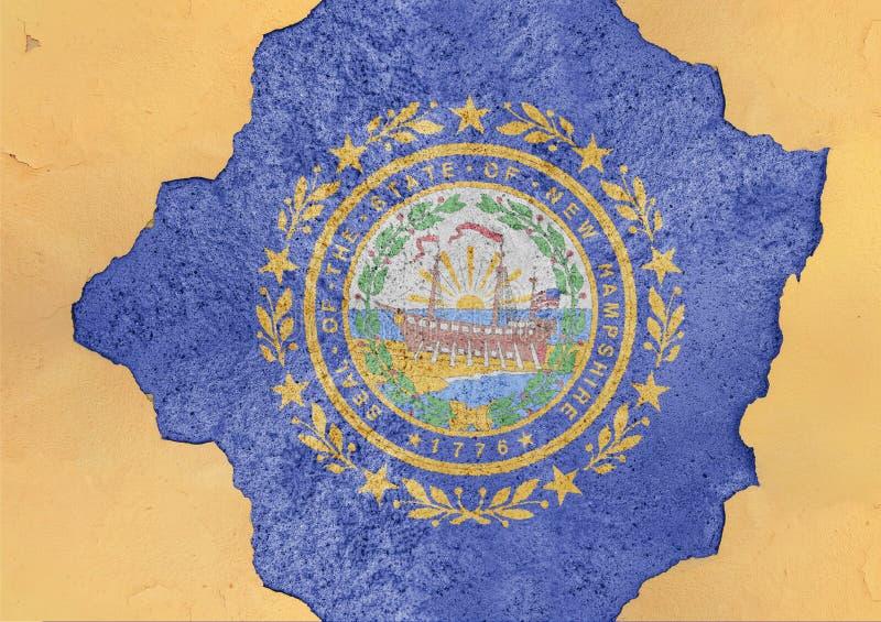 La bandiera di New Hampshire dello stato USA ha dipinto sul foro concreto e sulla parete incrinata fotografia stock libera da diritti