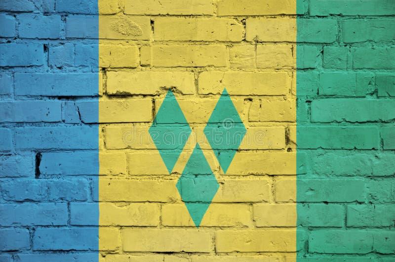 La bandiera di Saint Vincent e Grenadine è dipinta su un vecchio bri immagine stock