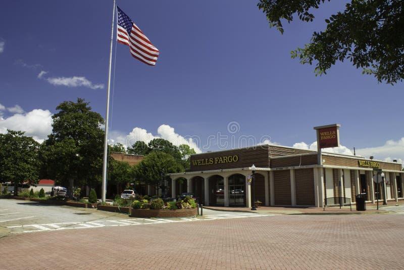 La bandiera e Wells Fargo Bank in montagna del pino fotografia stock