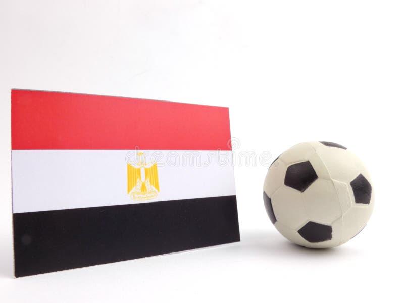 La bandiera egiziana con la palla di calcio isloated su bianco immagine stock libera da diritti