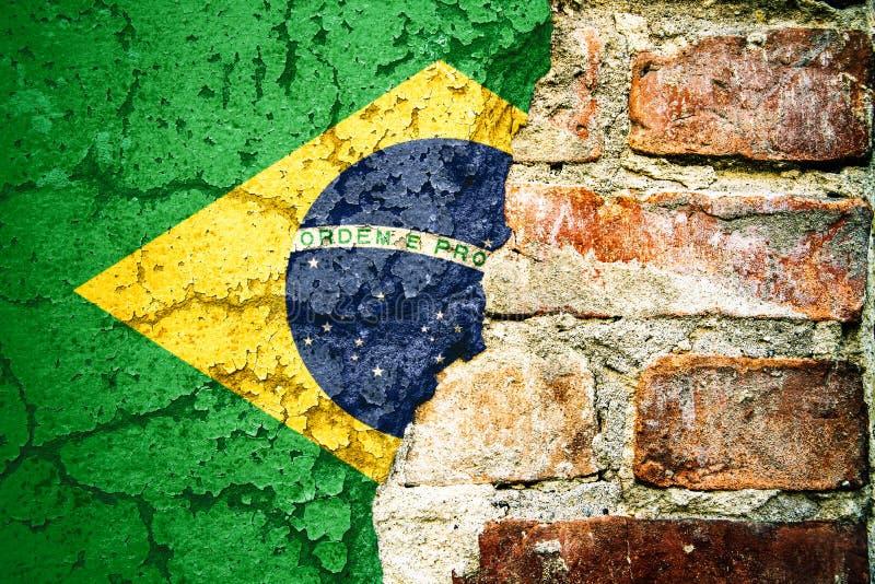 La bandiera nazionale del Brasile ha dipinto il fondo di pelatura diviso incrinato della facciata del cemento del muro di mattoni immagine stock libera da diritti