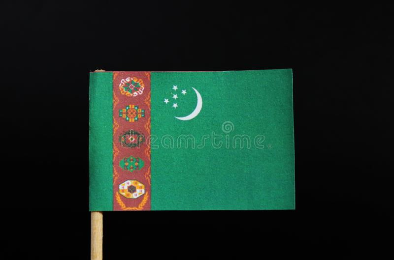 La bandiera nazionale del Turkmenistan sugli stuzzicadenti su fondo nero Un campo verde con una banda rossa verticale vicino al l immagine stock libera da diritti
