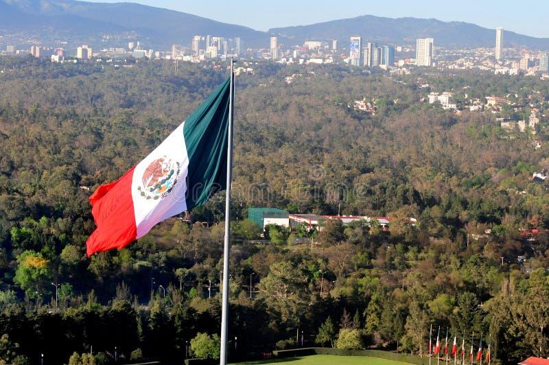 La bandiera nazionale messicana gigante stronca sopra Città del Messico fotografia stock libera da diritti