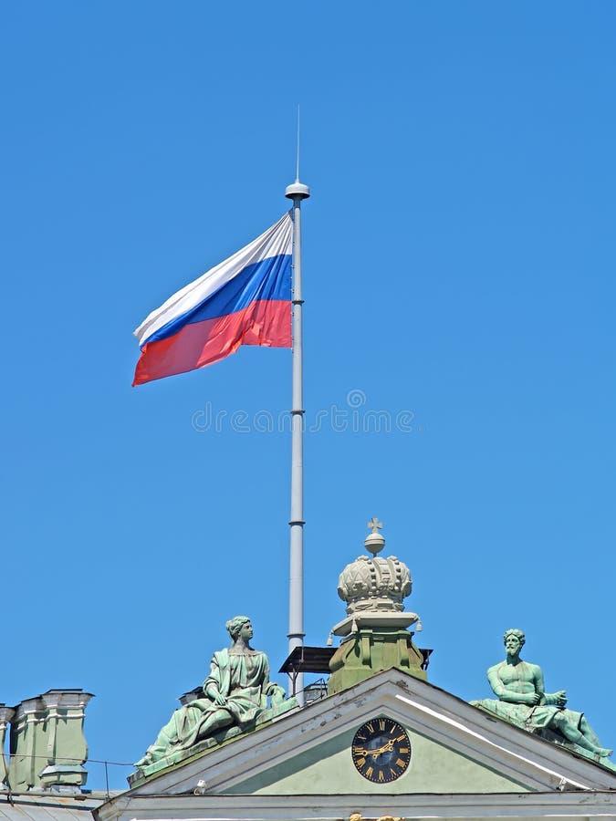 La bandiera russa, sbattimenti sopra il palazzo di inverno St Petersburg immagini stock