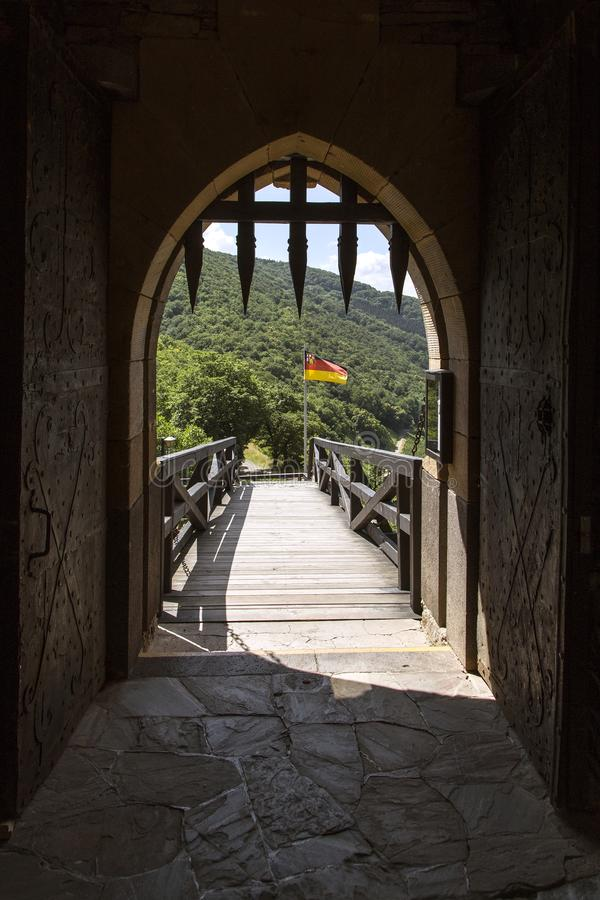La bandiera tedesca vola nel vento per il castello thurant immagine stock libera da diritti