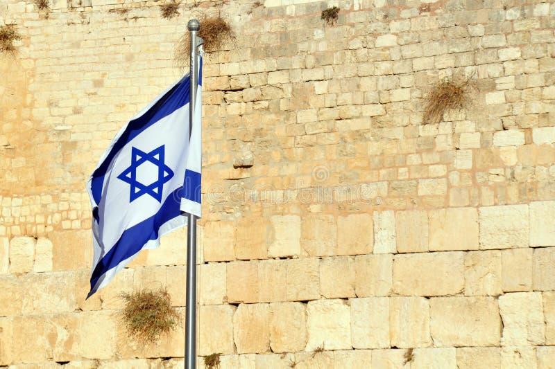 La bandierina israeliana contro la parete lamentantesi immagine stock