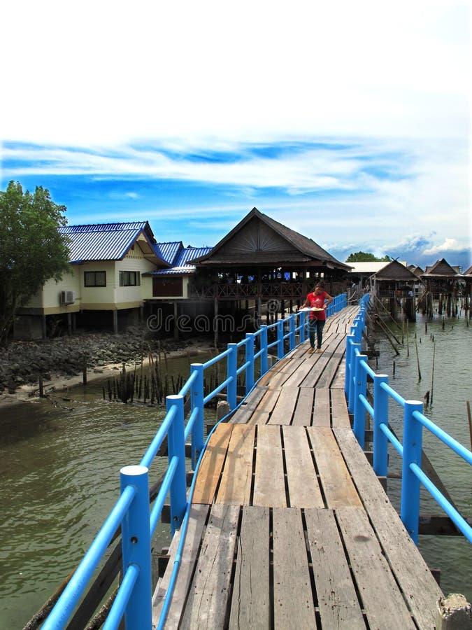 La Bangkok-Thaïlande : Épicerie à la mer de Khun Thian de coup photographie stock libre de droits