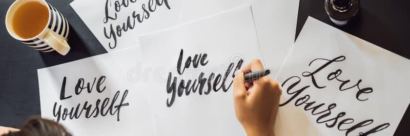 La BANNIÈRE, COMPOSENT LONGTEMPS s'aiment Le calligraphe Young Woman ?crit l'expression sur le livre blanc S'inscrire ornemental images libres de droits