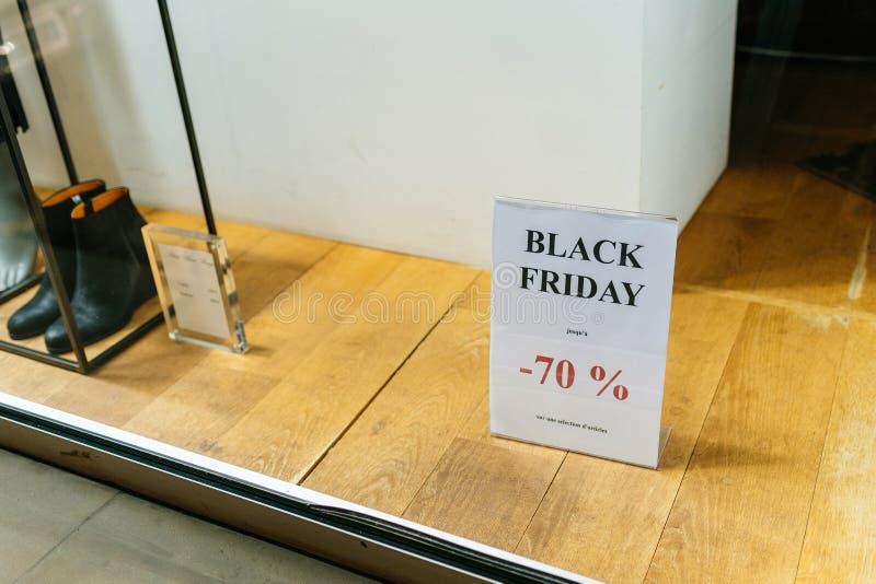La bannière de la publicité a imprimé sur le papper A4 avec le texte de Black Friday photos libres de droits