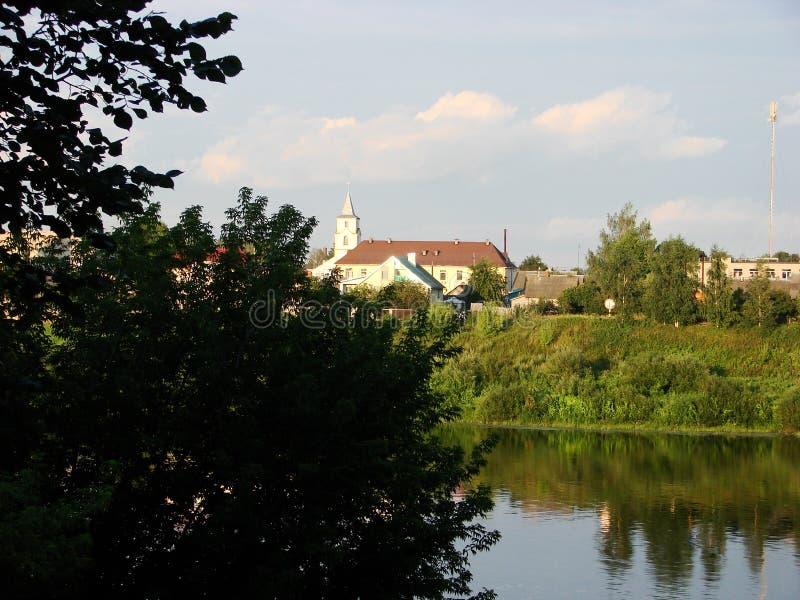 La banque de la rivière Dvina occidental et du village Verhnedvinsk Belarus image libre de droits
