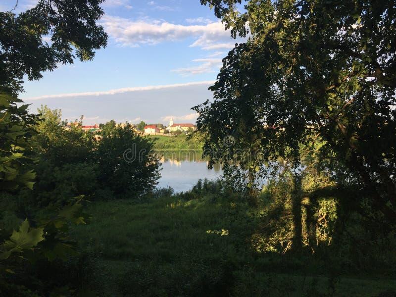 La banque de la rivière Dvina occidental et du village Verhnedvinsk Belarus image stock