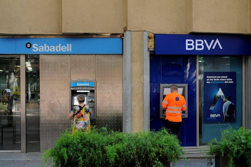 La BANQUE de SABADELL ET LA BANQUE de bbva à Barcelone Espagne photos libres de droits
