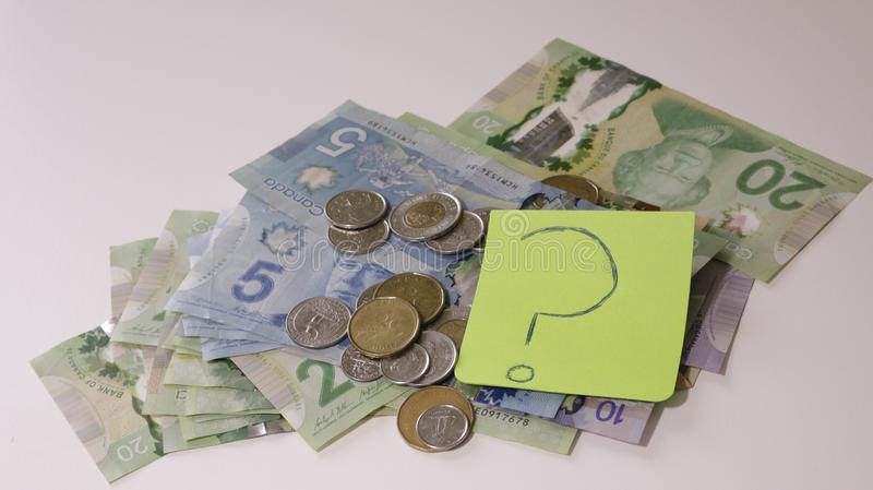 La banque en verre avec beaucoup de pièces de monnaie du monde et le budget expriment ou marquent sur le pot d'argent d'économie photographie stock
