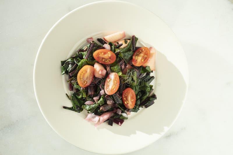 La barbabietola, il pomodoro e la cipolla tagliati freschi hanno saltato l'insalata fotografia stock libera da diritti