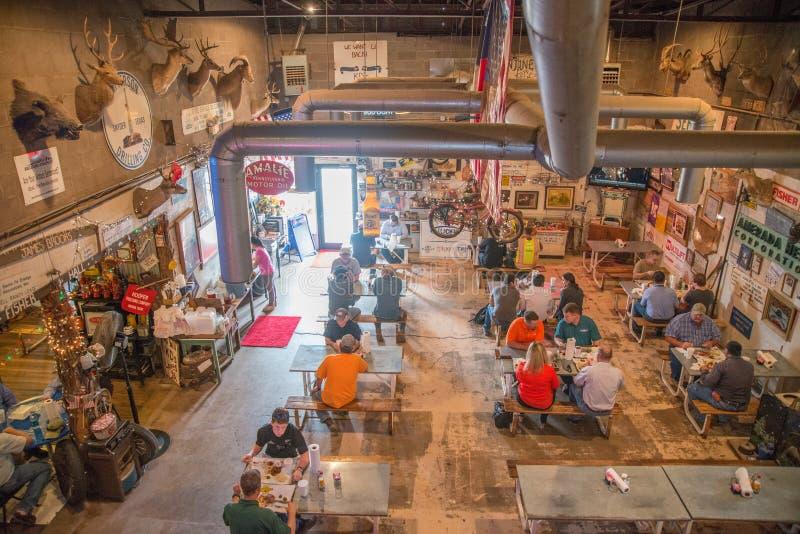 La barbacoa de KD, Midland, Tejas, abril de 2015: ase a la parilla (Bbq) el restaurante en Midland, Tejas famoso por él es diseño fotografía de archivo