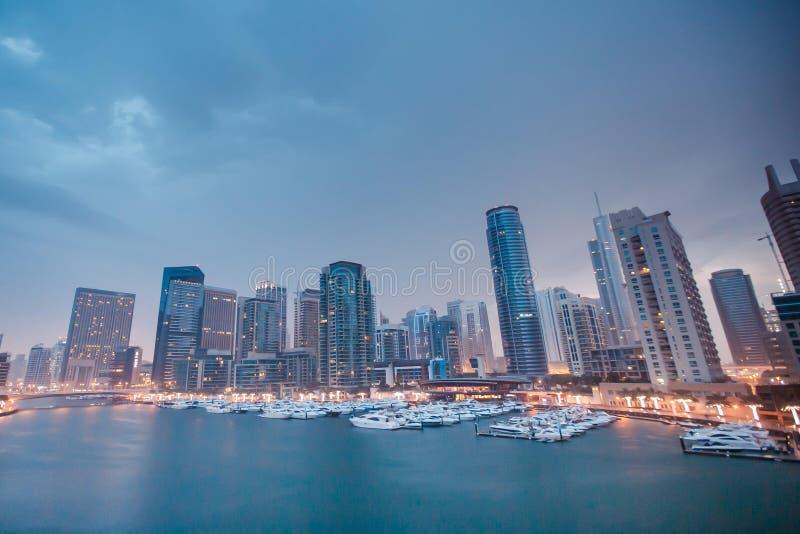 La barca è nel pilastro della Dubai della baia fotografia stock libera da diritti
