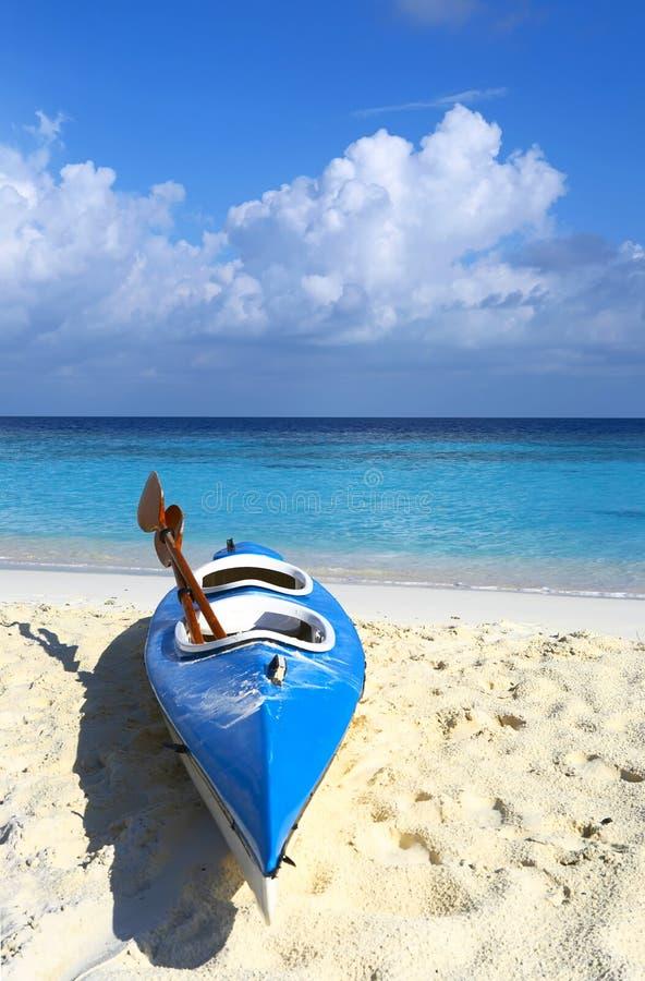 La barca blu è su una spiaggia 3 immagini stock