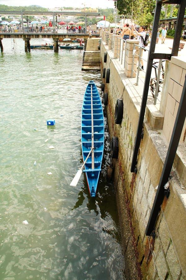 La barca blu cielo sai Kung Pier, Sai Kung Distretto di Hong Kong immagini stock