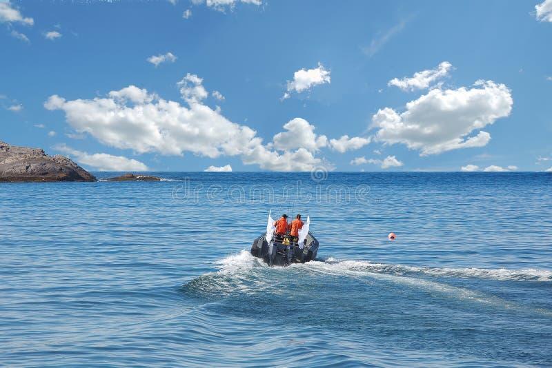 La barca con un motore naviga al mare immagini stock