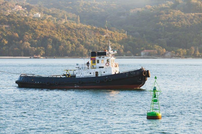 La barca del rimorchiatore è in corso su Mar Nero fotografia stock libera da diritti