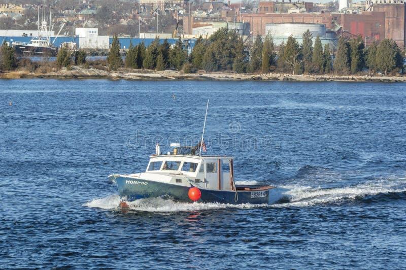 La barca dell'aragosta Honi-fa lasciando New Bedford fotografie stock libere da diritti