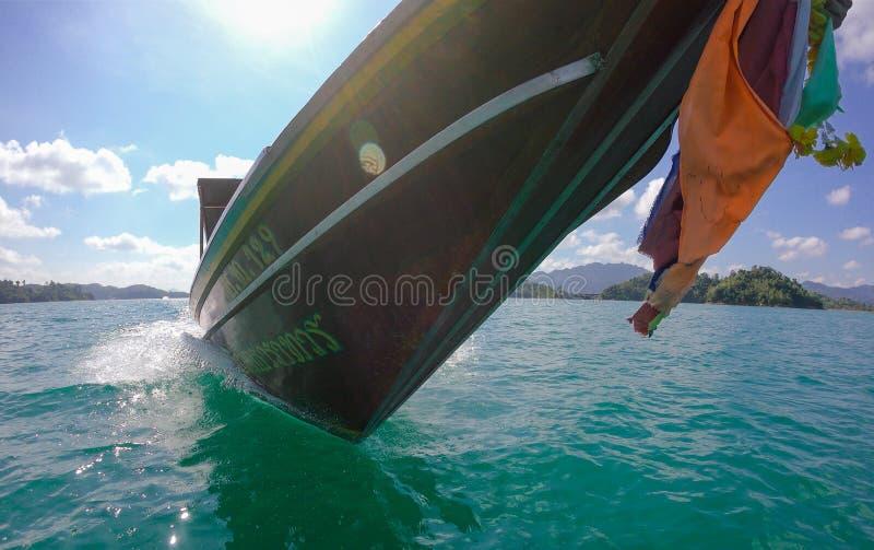 La barca di legno di lan di Cheo del lago tailandese tropicale della giungla, yacht selvaggio della nave del parco nazionale dell fotografia stock