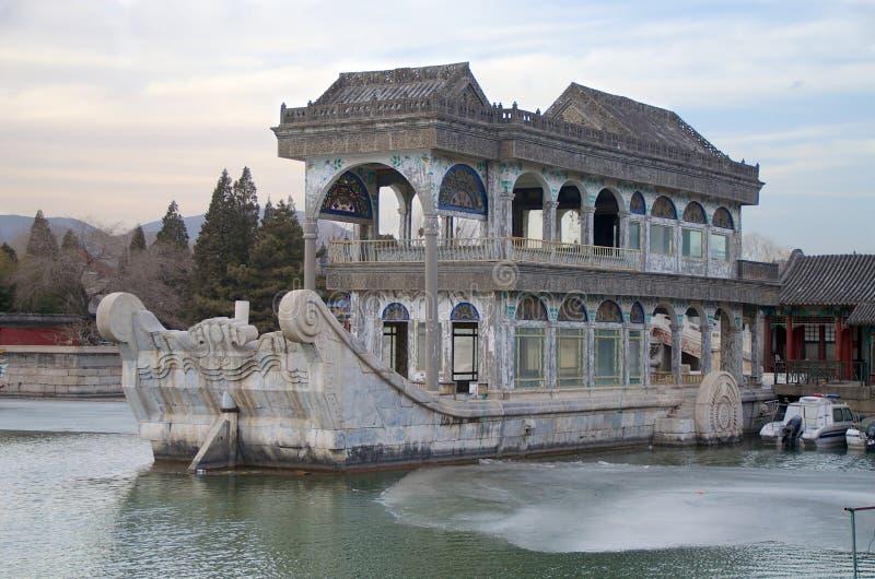 La barca di marmo sul lago Kunming al palazzo di estate a Pechino Cina fotografie stock libere da diritti
