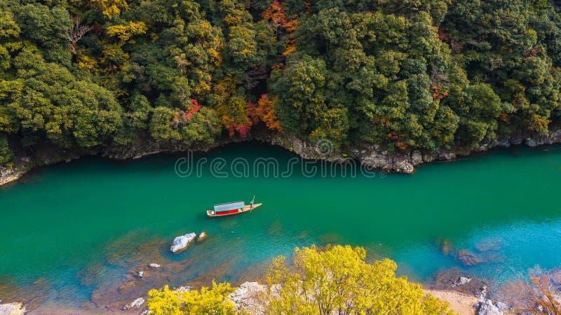 La barca di vista aerea sul fiume porta la gente turistica godere del autu fotografie stock libere da diritti