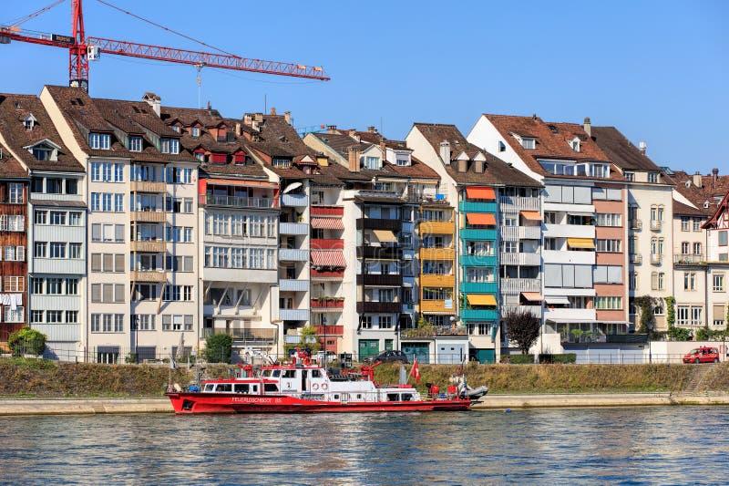 La barca e le costruzioni del corpo dei vigili del fuoco di Christophorus lungo il Reno fotografia stock libera da diritti