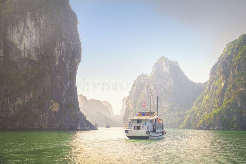 La barca gira baia di Halong, Vietnam fotografia stock