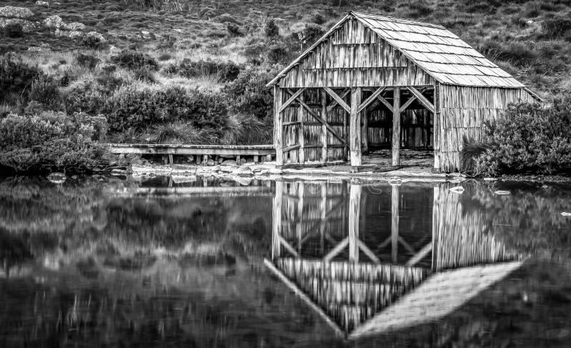 La barca ha sparso sul lago pittoresco dove alla montagna della culla, Tasmania fotografia stock libera da diritti