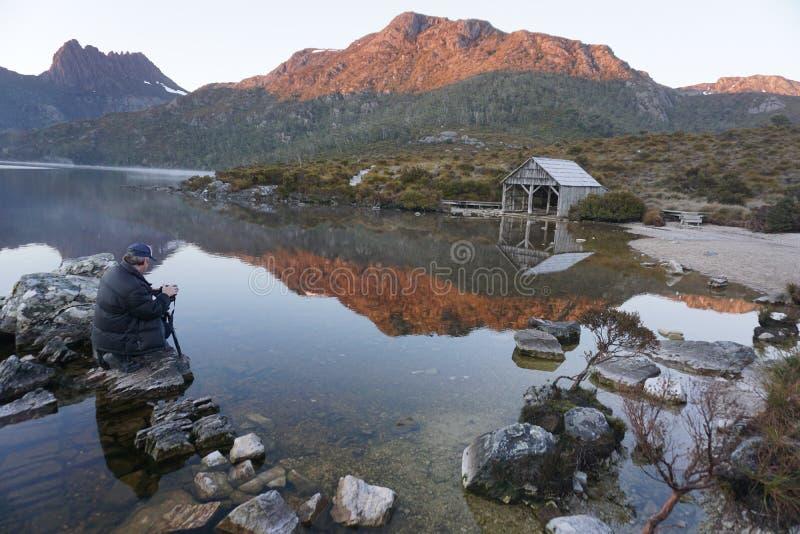 La barca ha sparso sul lago pittoresco dove alla montagna della culla, Tasmania immagini stock