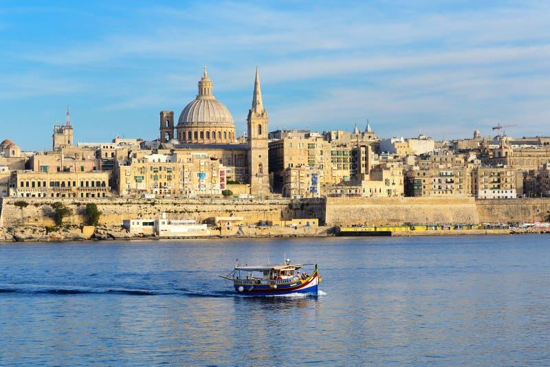La barca maltese tradizionale di Luzzu per i turisti gira fotografia stock libera da diritti