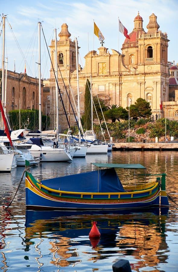 La barca maltese tradizionale Luzzu ha attraccato nel porto davanti a immagini stock libere da diritti