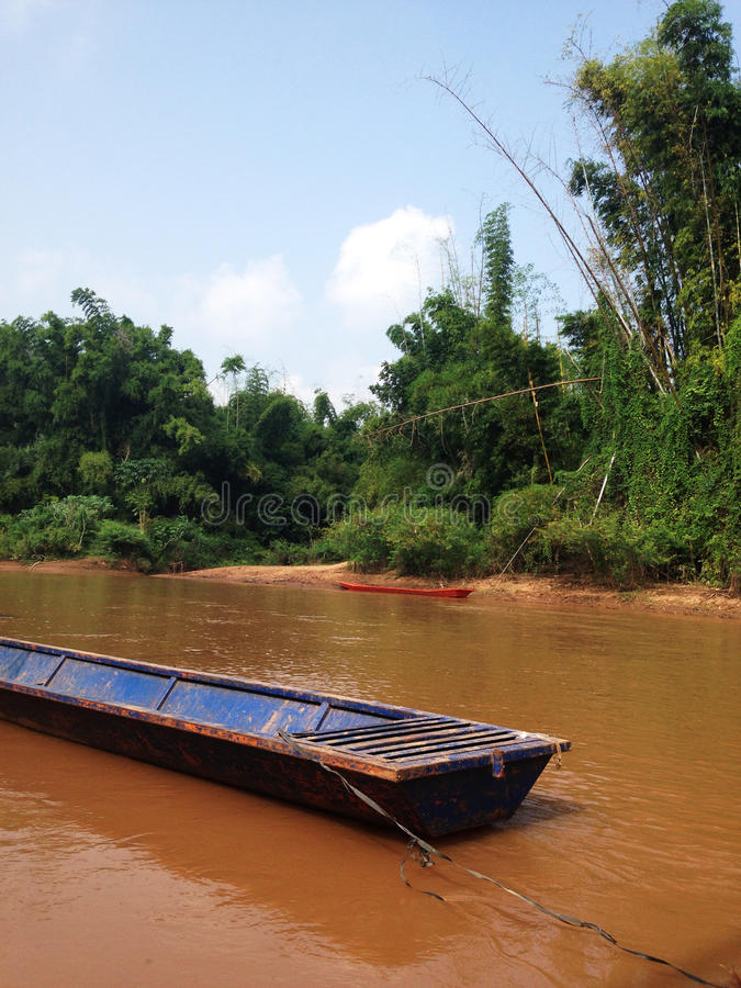 La barca munita lunga in fiume fotografia stock libera da diritti