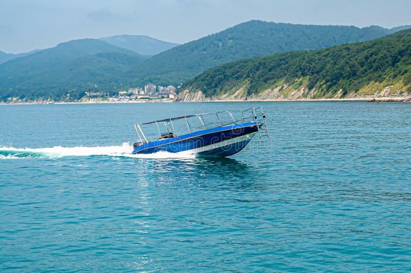 La barca naviga rapidamente sul mare immagini stock