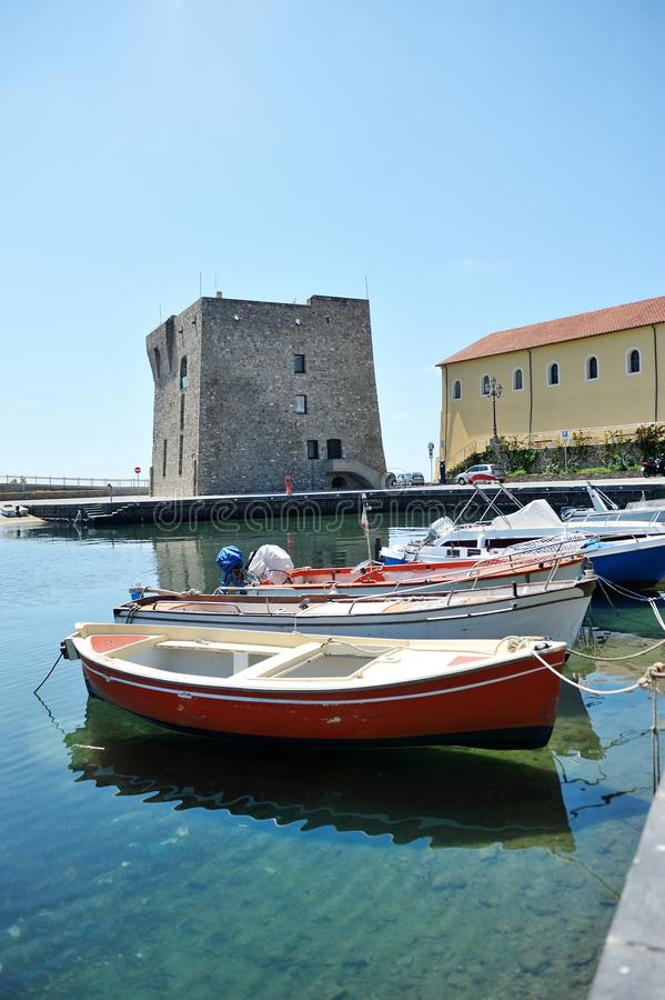 La barca in porto di Acciaroli, parco nazionale di Cilento salerno fotografia stock libera da diritti