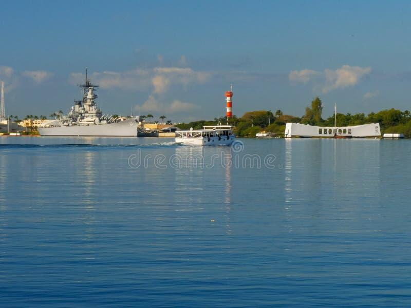 La barca prende gli ospiti al memoriale dell'Arizona dei uss fotografia stock libera da diritti