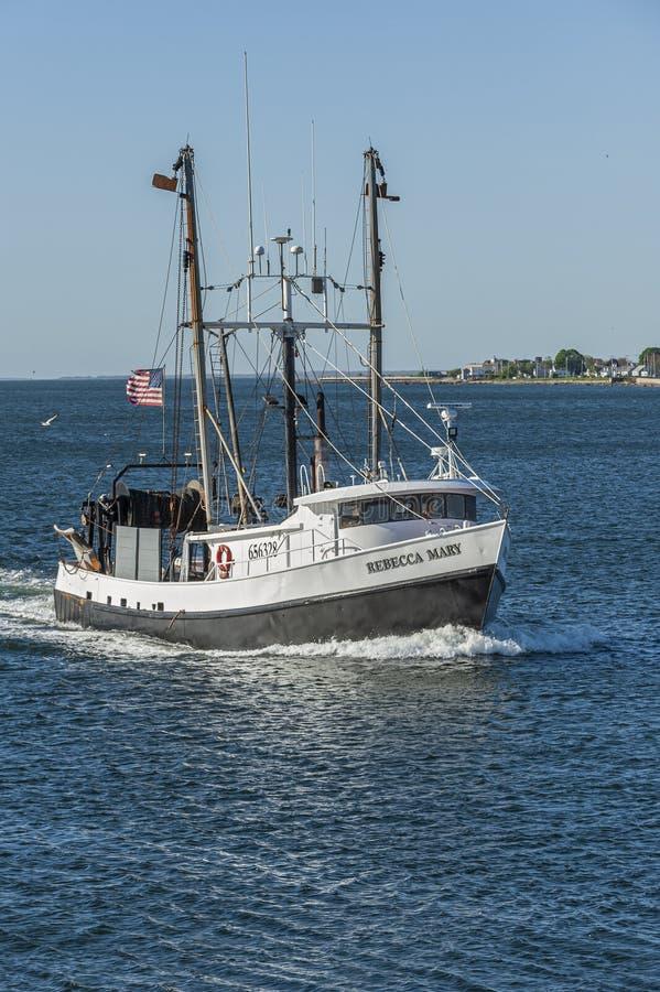 La barca Rebecca Mary di pesca professionale che esce dalle poiane abbaia fotografia stock