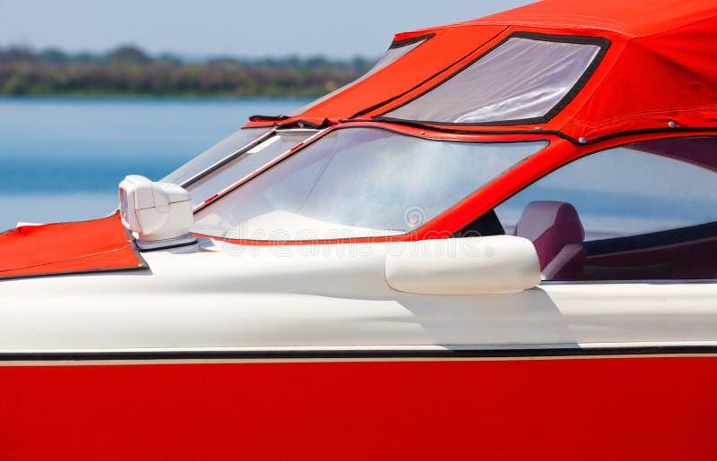 La barca rossa è all'ancoraggio attraccato un giorno di estate fotografie stock