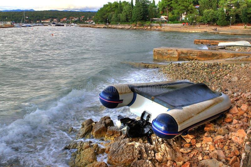 La barca si è arrestata sul puntello di mare dopo la forte tempesta fotografia stock libera da diritti