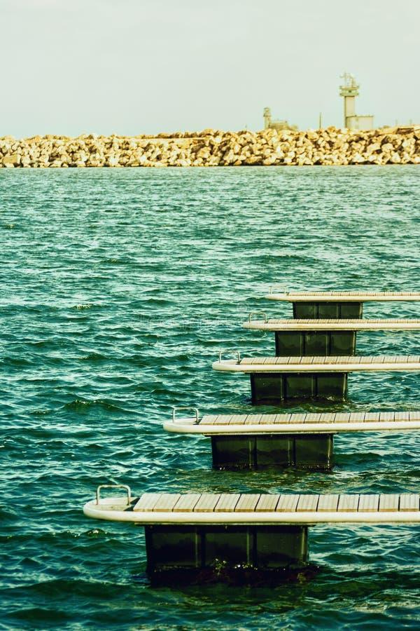 Download La Barca Si Mette In Bacino Al Sole Vicino Alla Diga Di Pietra Fotografia Stock - Immagine di nautical, vacanza: 30829680