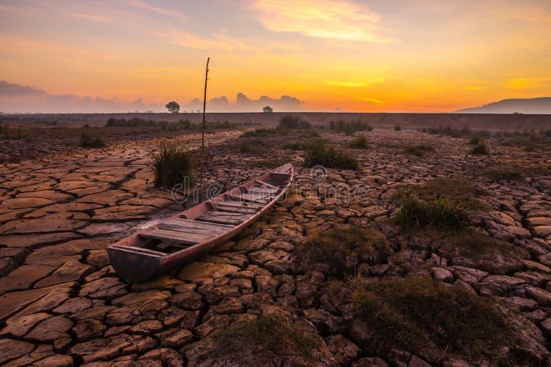 La barca su terra è crepa all'alba fotografie stock libere da diritti