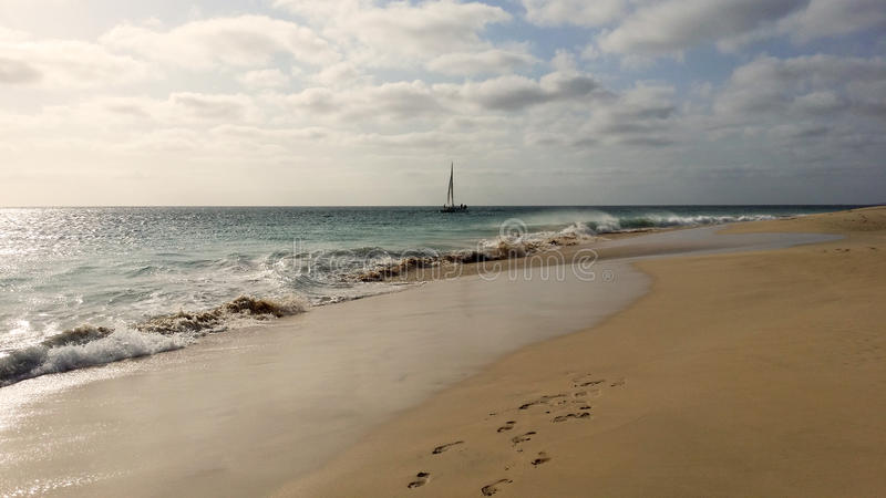 La barca sull'oceano, Cabo Verde, Ilho fa il sal immagine stock