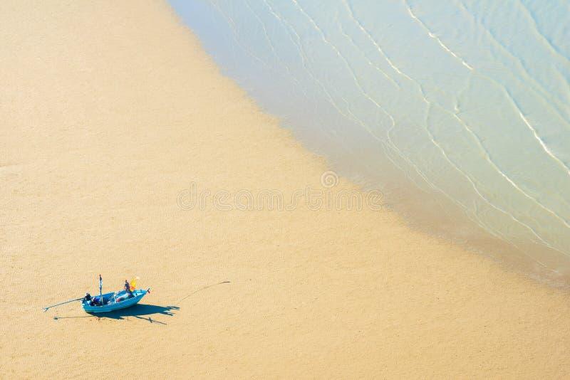 La barca sulla riva attende una marea fotografia stock libera da diritti