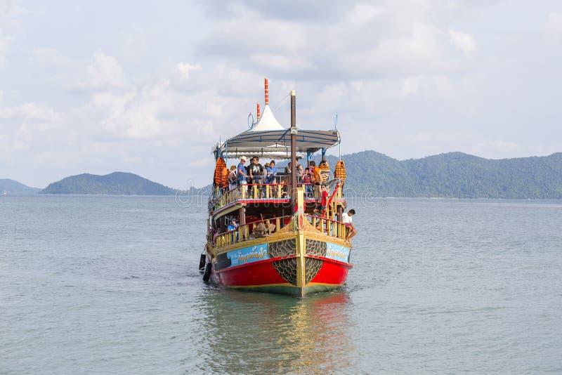 La barca variopinta con i turisti ritorna da una crociera all'isola di Koh Chang, Tailandia immagini stock libere da diritti